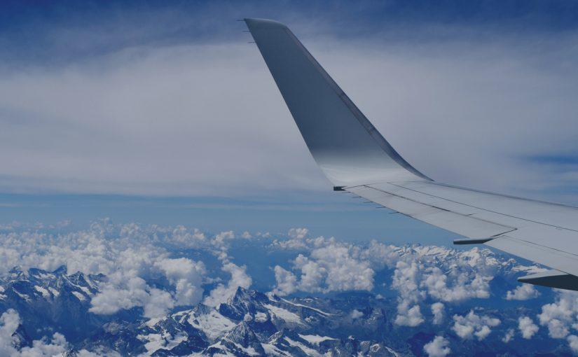 вид из окна самолета на горы, крыло самолета